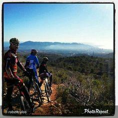 Tres ciclistas de ruta por los alrededores del Puig Campana.