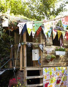 Fleurs et têtes de mort cohabitent dans cet abri de jardin pour enfants, fille et garçon ! #pirate #guirlande #cabane