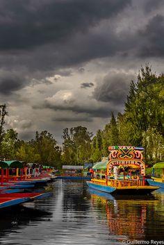 Trajineras en los canales de Xochimilco, Ciudad de México, México.