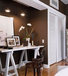 Put an extra closet to use by converting it into a clever and inexpensive workstation. Remove the doors and any extra shelving, paint the interior of the closet, and simply add a desk./ Like the dark brown walls too! Small Space Office, Home Office Space, Closet Office, Office Nook, Office Spaces, Chocolate Walls, Chocolate Brown, Chocolate Bedroom, Chocolate Color