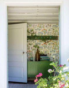 Interior decoration for torpedoes - peek into the wonderful century town Style Cottage, Swedish Cottage, Cozy Cottage, Farmhouse Style, Country House Interior, Interior And Exterior, Josef Frank Tapet, Motif Art Deco, Botanical Decor