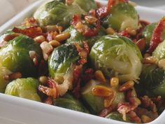 Rosenkål med bacon og pinjekjerner er en god liten rett som passer godt på koldtbordet. Frisk, Sprouts, Vegetables, Food, Essen, Vegetable Recipes, Meals, Yemek, Veggies
