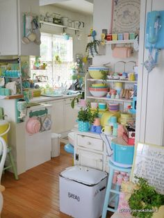 """Nowadays, more and more people are utilizing the """"shabby chic"""" approach to interior design and decoration. Cocina Shabby Chic, Shabby Chic Kitchen Decor, Shabby Chic Homes, Vintage Kitchen Curtains, Retro Kitchen Decor, Shabby Chic Chalk Paint, Pastel Kitchen, Cozy Kitchen, Kitchen Buffet"""