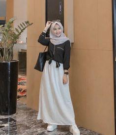 iseng iseng wkwk mumpung ramadhan:v Modern Hijab Fashion, Street Hijab Fashion, Hijab Fashion Inspiration, Muslim Fashion, Skirt Fashion, Fashion Outfits, Fashion Clothes, Fashion Women, Casual Hijab Outfit