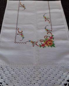 Caminho de mesa de ponto cruz e crochê #caminhosdemesa #pontocruz #crochê #bordado