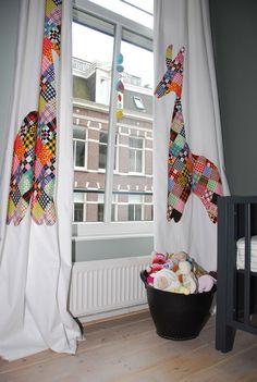 Gordijn verfraaien met stof, idee en uitvoering Karin de Loor http://www.karindeloor.nl/ Basic gordijn stuk stof van Ikea. Zoek een vorm naar wens en knip uit de stof. Deze girafvorm is met spelden vastgezet op het gordijn en daarna op het gordijn genaaid. Simpel maar met een groots resultaat!