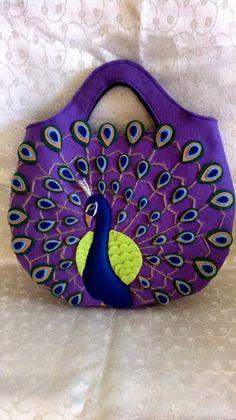 Tavus kuşu süslemeli mor keçe çanta