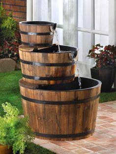 Fuente de agua con #barriles de madera. #barricas