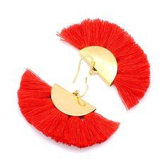 Graphiques et colorées, ces boucles ornées de pompons agrémenteront vos tenues leur apportant une touche contemporaine et tendance.Elles sont composées d'apprêt