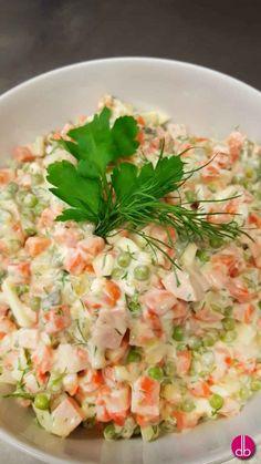 """Festtags-Speise aus der russischen Küche, ähnlich unserem Kartoffelsalat. In manchen Ländern heiß er einfach """"russischer Salat"""" oder """"Husarensalat""""."""