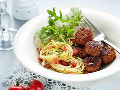 Saat vaihtelua lihapullataikinaan valmiista pestokastikkeesta. Tarjoa lihapullat pastan ja tomaatti-rucolasalaatin kanssa.