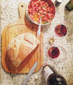 Fazendo uma bruschetta regada a vinho. Eu não a bruschetta.  #sabadoanoite #fimdesemana #vinho