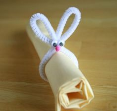 Easter rabbit shaped napkin holder + more on ideas on site/ Idées déco pour Pâques avec un rond de serviette en forme de lapin