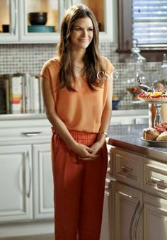 Seen on Celebrity Style Guide: Hart of Dixie Fashion: Rachel Bilson as Zoe Hart wears the Kimberly Ovitz Sleeveless Top and Maje Learn Tapered Crepe Pants on Hart of Dixie - Season 2 - 'Sparks Fly' Zoe Hart Style, Love Her Style, Fashion Tv, Star Fashion, Fashion Beauty, Young Adult Fashion, Celebrity Style Guide, Hart Of Dixie, Rachel Bilson