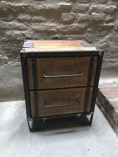 Stoer houten industrieel landelijk kastje kast ladenkast ladekast nachtkastje nachtkastjes