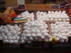 Habían muchos huevos blancos y grandes. Una vez, mi madre española cocinó huevos para la cena. Huevos tienen mucho colesterol.