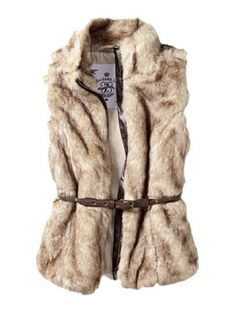 Love a great short, fur vest that can layer well with any outfit. Fall Winter Outfits, Autumn Winter Fashion, Winter Style, Ulzzang, Fur Waistcoat, Winter Trends, Teen Vogue, Holiday Fashion, Kids Fashion
