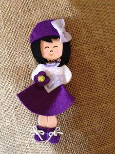 Broche muñequita lila