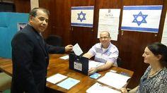 Diplomatas israelenses votam na Embaixada