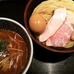 #一燈 #東京#新小岩#つけ麺 現在の食べログ4.17を誇る東京で頂の群に健在するつけ麺屋閉店間際に訪問するもその時間では行列はみられず快く中へ入れてくれた特製つけ麺300gを注文着丼まで10分程度 トッピングは豚と鶏のチャーシュー3枚味付け卵海苔つけ汁のほうにもつくねがイン 麺は小麦の香り漂うやや角のある極太麺口の中にいれると小麦の風味がふんだんに醸し出され鼻からぬける香りで脳内を麦畑に支配される感覚ははじめてに近いとにかく麺が麺が美味いつけ汁は魚介と鶏白湯のブレンド臭みのないあっさりとした魚介の風味が強く感じられトロッとした適度な粘度をもつ冷めたら温め直しやつけ汁をいただけるみたいだがつけ汁自体は少量なためわりとすぐ冷める個人的にはもう少し動物系のクセが欲しかったと思えたチャーシューと味玉の個々の完成度は非常に高かった そしてとにかく客への対応が神店内も最先端の麺屋という雰囲気で活気もある人気の秘訣は味だけではないようだカウンターに置かれたお品書きに綴られた店主の麺づくりに対する考え方にも感銘を受けた情報の一人歩きの人気店ではなかったと思う…