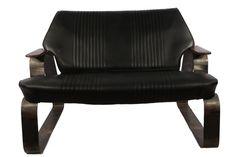 """Divano """"FIAT 500"""". Ricavato da sedili posteriori Fiat 500 e struttura in acciaio saldato più braccioli in legno di abete."""