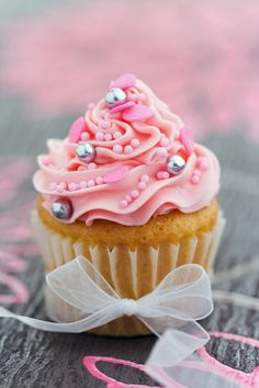 Easy ideas for decorating cupcakes for birthday parties and other celebrations. We'll show you topping ideas, the right icing tools, and other tips for making your cupcakes festive! Cupcakes Rosa, Pretty Cupcakes, Beautiful Cupcakes, Pink Cupcakes, Yummy Cupcakes, Cupcake Cakes, Valentine Cupcakes, Cup Cakes, Princess Cupcakes
