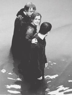 Hermione + Ron +Harry = the gold trio Harry James Potter, Harry Potter Trio, Mundo Harry Potter, Harry Potter Books, Harry Potter Universal, Harry Potter World, Ron And Harry, Hermione Granger, Ron Et Hermione