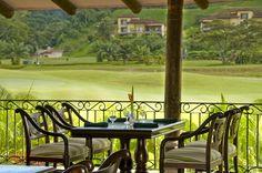 Inspírese observando los atardeceres y la impresionante vista a la Bahía de Herradura, ideales para disfrutar del menú de platillos y cocteles.