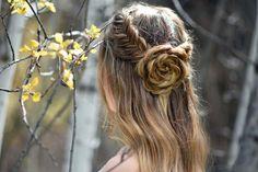 A+romantikus+rózsamotívumokkal+idén+gyakrabban+találkozhatsz.+Ez+a+minta+nemcsak+a+ruhákon+és+a+körmökön,+hanem+a+frizurákban+is+jól+mutat.+Így+készíts+hajból+rózsát!