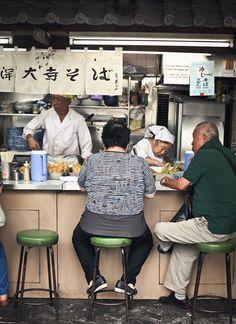 Tsukiji Fish Market in Tokyo, Japan Best Restaurants In Tokyo, Tokyo Restaurant, Japan Shop, Tokyo Japan, Japan Street Food, Tokyo Food, Street Food Market, Japanese Restaurant Design, What Katie Ate