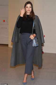 Miranda Kerr looks chic in elegant tailoring and blue suede heels as she arrives in Tokyo Miranda Kerr Outfits, Miranda Kerr Street Style, Model Street Style, Miranda Kerr Fashion, Miranda Kerr Dress, New York Fashion, Celebrity Style Casual, Elegantes Outfit, Casual Outfits