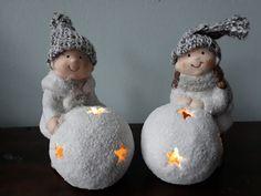 Wat een guitige kindertjes zijn dit....Ze spelen heerlijk in de sneeuw en blijven lekker warm door de echte wollen muts die ze op hebben. In de sneeuwbal zitten kleine sterretjes, en daardoor heen schijnt een lichtje. Dit sfeervolle tweetal is een leuke decoratie voor de kerst en winter periode. Ook als het lampje uit is, is het een geweldig leuke decoratie. Christmas Ornaments, Holiday Decor, Home Decor, Decoration Home, Room Decor, Christmas Jewelry, Christmas Decorations, Home Interior Design, Christmas Decor
