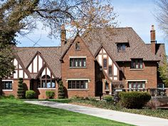 Tudor style From log house mansions to Mediterranean abodes, learn about the most popular home styles, their history and the key elements of each style. Tudor Architecture, Vernacular Architecture, Architecture Design, Amazing Architecture, Tudor House, Style At Home, Estilo Tudor, Vogue Home, Tudor Style Homes