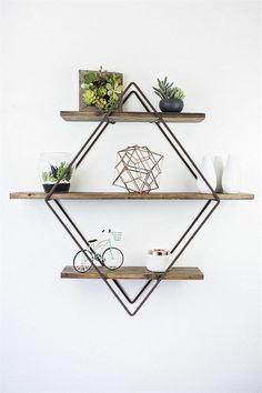 Las estanterías son el escaparate perfecto para lucir tus plantas y objetos decorativos favoritos.