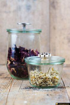 Blüten für das selbstgemachte Haferbad - tolle Naturkosmetik für zu Hause! Biotin, Spa Day, Hobbies And Crafts, Jar, Cool Stuff, Beauty, Home Decor, Wellness, Zero Waste