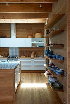 Baldas de madera en la cocina para colocar el menaje y la vajilla