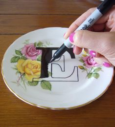 Printed plates DIY tutorial with thrifted floral plates- Bake the plates, if using Sharpie ~ at 220 degrees for 30 minutes. (My idea would be to draw sharpie monsters/creatures/portraits on top of thrifted plates) Diy Projects To Try, Crafts To Do, Craft Projects, Craft Ideas, Crafty Craft, Crafting, Sharpie Crafts, Sharpie Plates, Sharpie Projects