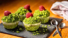 Hitem pečení posledních měsíců jsou bezesporu mechové dorty, kterým sytě zelenou barvu propůjčuje čerstvý špenát. My jsme se místo do dortu pustili do muffinů, které skvěle fungují jako barevná avíceméně zdravá svačinka nebo snídaně. Aděti si je zamilují! Muffin, Sweets, Baking, Breakfast, Food, Mascarpone, Morning Coffee, Gummi Candy, Candy