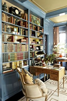 Architektur A Stylish Spin on a Traditional New York Apartment Library / office via House Beautiful The post A Stylish Spin on a Traditional New York Apartment appeared first on Architektur. Home Library Decor, Home Library Design, Home Libraries, Home Office Design, Home Office Decor, Home Decor, Office Ideas, Office Rug, Library Ideas
