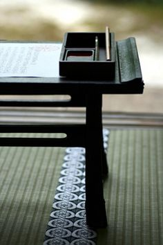 Japanese inkstone for calligraphy, Suzuri 硯 mag ook ipv houten ronde tafel, japanse stijl lage zwarte tafel zijn = ook mooi! Japanese Style, Chinese Style, Japanese Art, Japan Design, Oriental, Art Japonais, Japanese Calligraphy, Nihon, Ink Painting