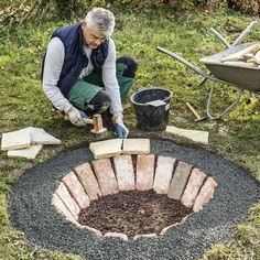 Build a fire pit yourself: Here's how- Eine Feuerstelle selber bauen: So geht'. Build a fire pit yourself: Here's how- Eine Feuerstelle selber bauen: So geht's Pave the edge of the fireplace - Diy Fire Pit, Fire Pit Backyard, Backyard Patio, Backyard Landscaping, Backyard Ideas, Pavers Patio, Patio Stone, Terrace Ideas, Patio Plants