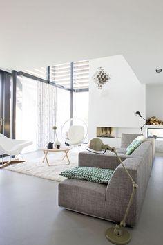Een foto op plexiglas van FotoOpGlas.nl zou in deze ruime, lichte woonkamer een echte blikvanger worden. Het licht speelt namelijk met uw foto op glas en zo blijft zij elke keer bijzonder om naar te kijken.