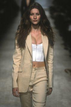 Gisele Bündchen at Isaac Mizrahi Spring 1998 90s Fashion, Runway Fashion, Fashion Models, High Fashion, Vintage Fashion, Fashion Outfits, Womens Fashion, Gisele Bündchen, Glamour