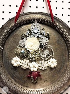 Costume jewelry Christmas tree on a vintage silver tray. Cute Christmas Decorations, Diy Christmas Ornaments, Christmas Projects, Vintage Christmas, Jewelry Christmas Tree, Christmas Door, Christmas Trees, Christmas Christmas, Xmas