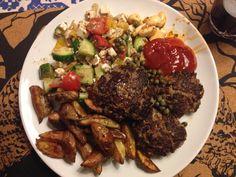 Bøffer med kartoffelbåde og græsk salat