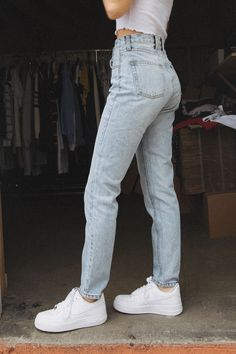 It's not skinny, it's not bell-shaped: the coolest jeans is mom jeans and here's what it is - Spiked moms - Cute Outfits Mode Outfits, Trendy Outfits, Summer Outfits, Fashion Outfits, School Outfits, Girly Outfits, Fall Outfits, Jeans Fashion, Simple Casual Outfits