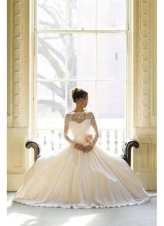 The Fleur dress from Naomi Neoh is perfect for brides looking for an elegant fairy tale look