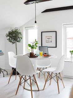 Inspiring scandinavian dining room design for small space White Interior Design, Scandinavian Interior Design, Dining Room Design, Interior Design Living Room, Dining Rooms, Dining Table, Kitchen Tables, Eames Chairs, Dining Room Lighting
