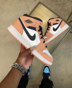 Cute Sneakers, Shoes Sneakers, Sneakers Fashion, Fashion Shoes, Jordan Shoes Girls, Air Jordan Shoes, Nike Shoes Air Force, Cute Nikes, Fly Shoes