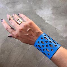 Pulsera brazalete de cuero con formas geométricas. Pulsera de cuero del corte…